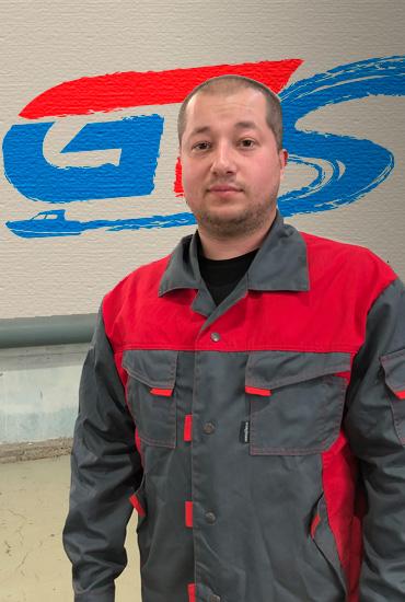 Специалист по переоборудованию кокпитов лодки Олег Гордеев